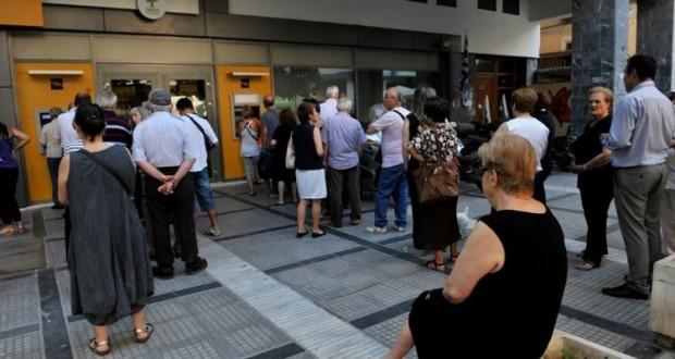 Des gens font la queue devant des distributeurs de billets à Thessalonique en Grèce, le 8 juillet. (Photo : AFP)