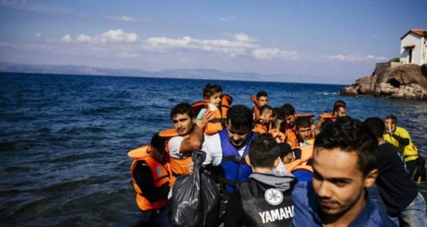 Des migrants et des réfugiés venant de Turquie arrivent sur l'île grecque de Lesbos, le 9 octobre 2015. (Photo : AFP)