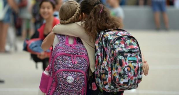 Deux élèvres se retrouvent après les vacances d'été pour la rentrée scolaire, le 1er septembre 2015, à Strasbourg. (Photo : AFP)