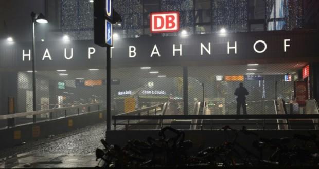 Un policier le 1er janvier 2016 devant la gare centrale fermée à Munich. (Photo : AFP)