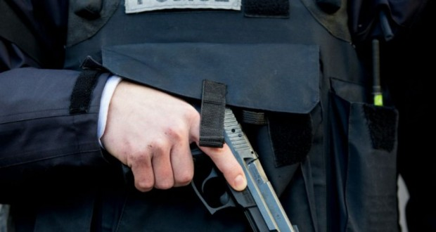 Un policier armé à Paris. (Photo : AFP)