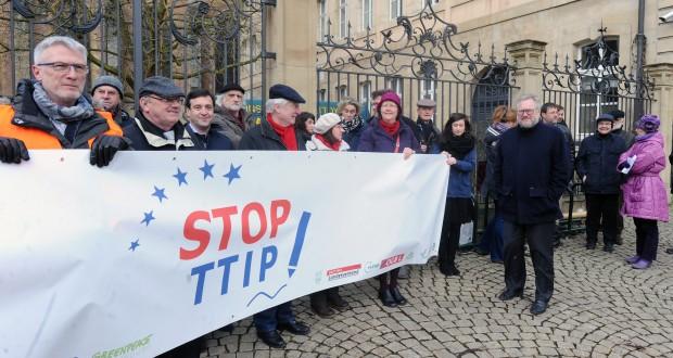 """Les membres de la plate-forme """"Stop TTIP"""" étaient réunis ce lundi matin, place de Clairefontaine, pour dénoncer """"une farce démocratique"""".(photo Hervé Montaigu)"""