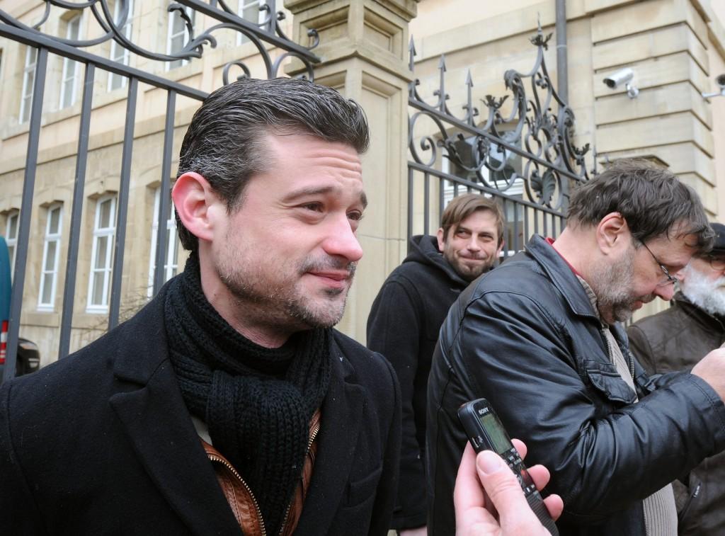 Présent à la manifestation ce lundi matin, le député David Wagner (déi Lénk) demande à ce que la réunion d'information sur les conditions d'accès aux documents soit ouverte à la presse et diffusée sur le site de la Chambre. (photo Hervé Montaigu)
