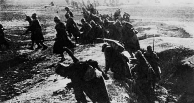 Photo prise en 1916 de soldats français passant à l'attaque depuis leur tranchée lors de la bataille de Verdun durant la Première Guerre Mondiale. (Photo : AFP)