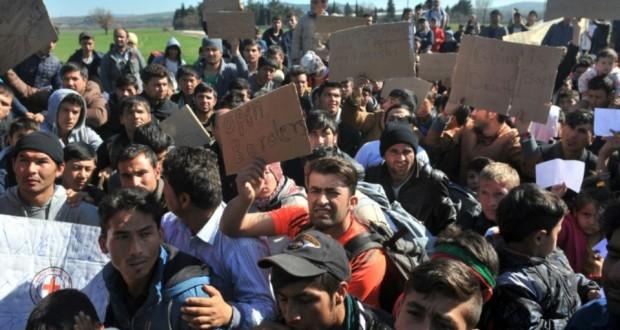 Des réfugiés d'Afghanistan protestent contre la fermeture de la frontière entre la Grèce et la Macédoine le 22 février 2016. (Photo : AFP)
