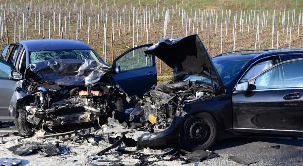 Dans une courbe, une voiture s'est déportée sur la gauche et a heurté de plein fouet un véhicule arrivant en sens inverse. (photos police grand-ducale)