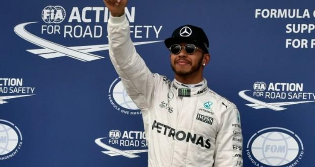 Le Britannique Lewis Hamilton (Mercedes) pouce levé après sa 50e pole position lors des qualifications pour le GP d'Australie, le 19 mars à Melbourne. (Photo : AFP)