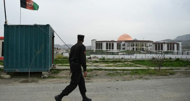 Plusieurs roquettes ont atterri dans l'enceinte du vaste complexe, détruisant les fenêtres d'un des bâtiments, selon des élus afghans. (Photo AFP)