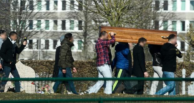 Jeudi peu après 15h30, le cercueil de Brahim Abdeslam a été porté en terre par un autre de ses frères, Mohamed, aidé de cinq autres hommes. (photo AFP)