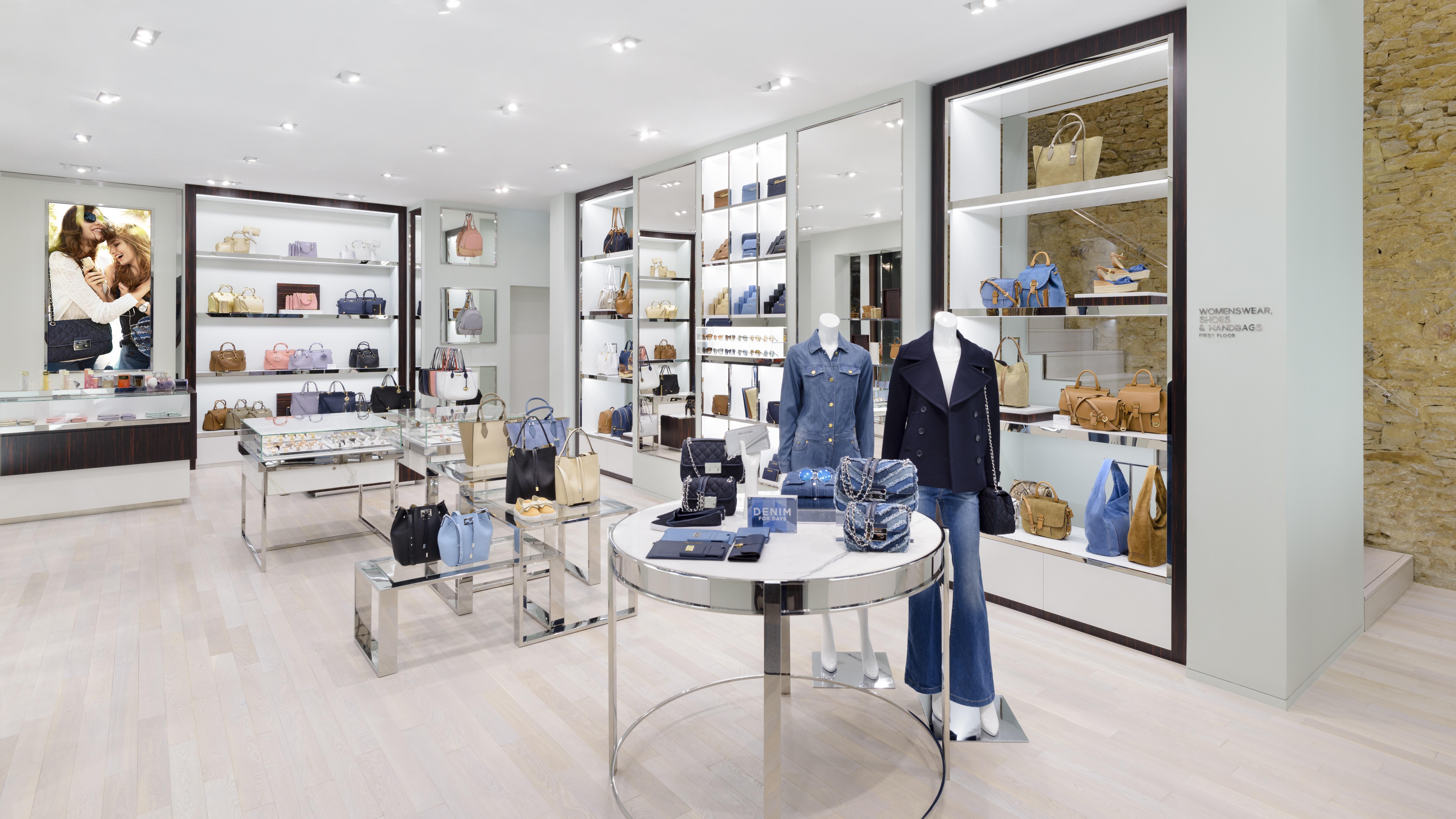 La boutique proposera non seulement des sacs à main et de petits articles  en cuir, ee97ac5265f