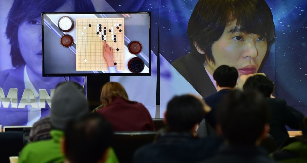 South Korean Go game fans watch a television screen broadcasting live footage of the Google DeepMind Challenge Match, at the Korea Baduk Association in Seoul on March 9, 2016.  A 3,000-year-old Chinese board game was the focus of a very 21st century showdown as South Korean Go grandmaster Lee Se-Dol kicked off his highly anticipated clash with the Google-developed supercomputer, AlphaGo. / AFP / JUNG YEON-JE