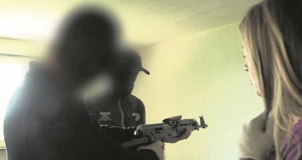 """Photo extraite du documentaire """"La Route de la kalachnikov"""" où l'on voit Vanina Kanban en compagnie de trafiquants d'armes près de Sarajevo. La transaction filmée ce jour-là devait aboutir à une livraison au Luxembourg. (CAPA TV)"""