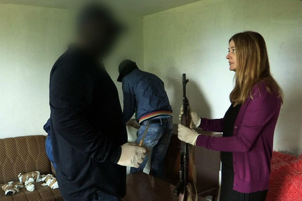 Vanina Kanban a infiltré plusieurs filières et effectué la route de la kalachnikov avec des trafiquants. (image CAPA TV)