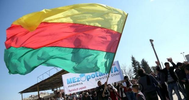 Un Kurde brandit un drapeau du PYD, le principal parti kurde en Syrie, à Qamishli dans le nord-est du pays, le 4 février. (photo AFP)