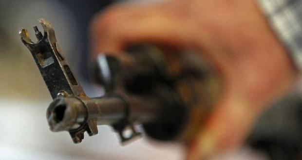 Cinq fusils d'assaut AK-47, quatre pistolets, ainsi que plus de 450 munitions correspondantes, ont été interceptés. (illustration AFP)