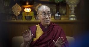 """Le chef spirituel des Tibétains estime que les réfugiés devraient """"rentrer et aider à reconstruire leur pays"""". (Photo AP)"""