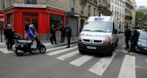 Un homme, fiché par les services de renseignements pour radicalisation, s'est retranché pendant une heure à son domicile, le 26 mai 2016 à Paris. (Photo : AFP)