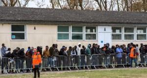 Des migrants font la queue lors de la distribution du repas au centre d'accueil de jour Jules-Ferry à Calais le 4 mai 2016. (Photo : AFP)