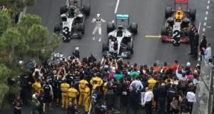 Le Britannique Lewis Hamilton (Mercedes) saute de joie dans le parc fermé après sa victoire au GP de Monaco, le 29 mai 2016. (Photo : AFP)