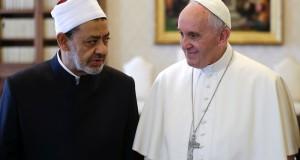 Le pape François et le grand imam d'Al-Azhar, cheikh Ahmed al-Tayeb, se sont rencontrés pour la première fois ce lundi. (photo AFP)