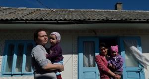 Valentina, 42 ans, tient son bébé  dans le jardin de leur maison à Concesti. (photo AFP)