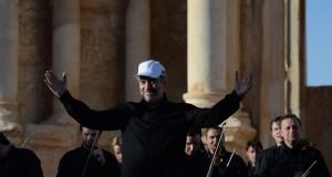 Le célèbre chef d'orchestre russe Valéri Guerguiev a dirigé jeudi un concert symphonique dans l'amphithéâtre de la cité antique syrienne de Palmyre. (photo AFP)