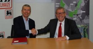 Le CEO de Delhaize Belgique et Luxembourg, Denis Knoops, et Fraenz Benoy, directeur des activités fret des CFL et administrateur délégué de CFL multimodal, ont signé ce lundi un contrat de partenariat logistique de dix ans. (photo DR)