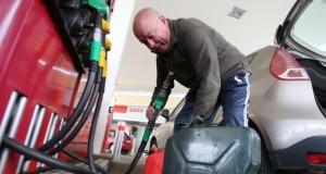 À sa station habituelle de Solgne, Jean-Paul n'a pas pu remplir ses jerricanes. Il est donc venu à Metz, hier, faire le plein d'essence… pour sa tondeuse. (Photo : RL)