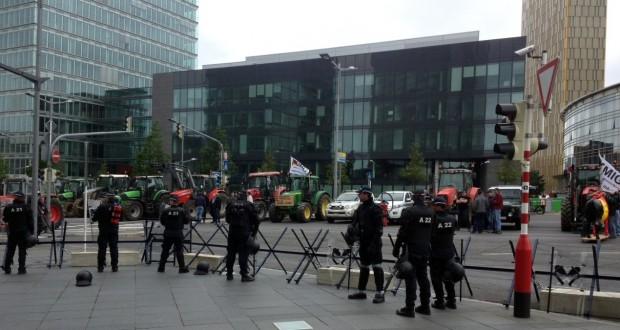 Les tracteurs ont investi la place de l'Europe au Kirchberg. (Photos police grand-ducale)