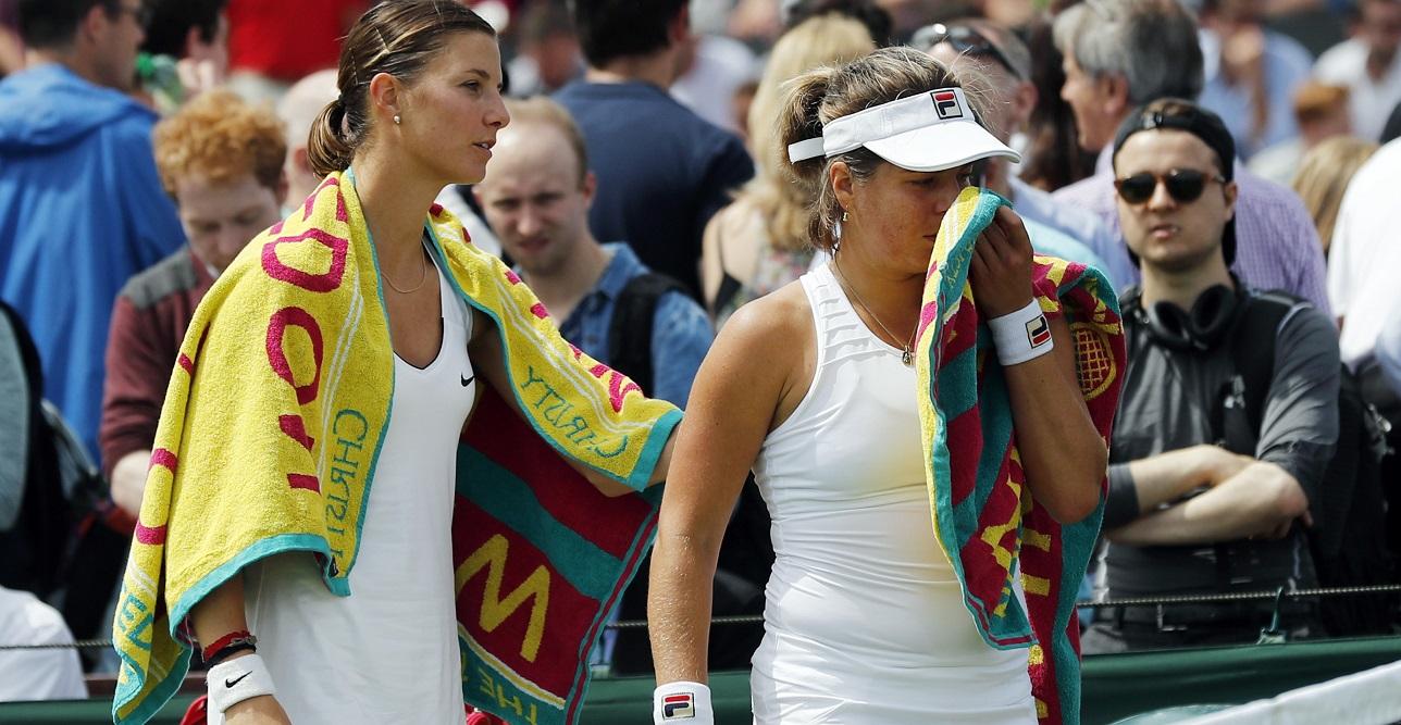 Fair-play jusqu'au bout, Mandy Minella est allée réconforter son adversaire, Anna Tatishvili, contrainte à l'abandon. (Photo AP)