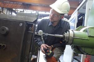 L'usinage requiert la plus grande précision : Kevin Zeimes travaille jusqu'au centième de millimètre. (Photos Fabrizio Pizzolante)