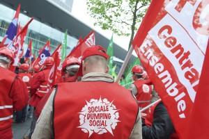 Face à des travailleurs détachés payés 3-4 euros de l'heure, personne n'est gagnant, sauf les entreprises qui fraudent, plaident les syndicats qui militaient jeudi, place de l'Europe à Luxembourg. (Photo Fabrizio Pizzolante)