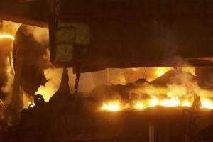 Le four à arc électrique en pleine action : l'acier se liquéfie grâce au pouvoir de la fée électricité. (Photos Alain Rischard)