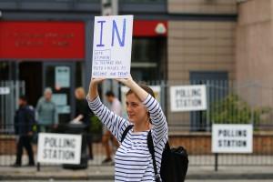 Une militante pro-UE devant un bureau de vote au nord de Londres, ce jeudi 23 juin. (photo AFP)