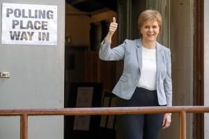 Nicola Sturgeon, Premier ministre de l'Écosse et leader du parti indépendantiste SNP, à la sortie du bureau de vote de Broomhouse, ce jeudi à Glasgow. (photo AFP)