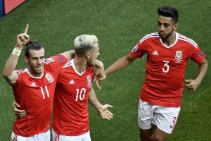 Gareth Bale et les Gallois célèbrent le but marqué contre son camp par un joueur nord-irlandais suite à un centre de l'attaquant du Real Madrid. (photo AFP)