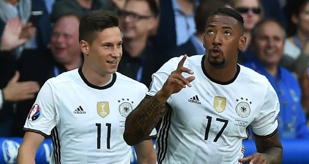 Jerome Boateng fête son but avec Julian Draxler. L'Allemagne a impressionné ce dimanche. (photo AFP)