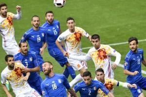 Italiens et Espagnols se sont âprement disputés le ballon et la victoire, mais la Squadra Azzura a pris l'avantage assez tôt avant d'enfoncer le clou en toute fin de match. (Photo AFP)