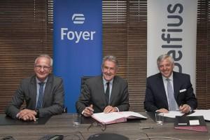 Les représentants de Foyer S.A et de Belfius ont signé l'accord de vente. (Photo / Foyer)