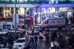 Trois assaillants ont mitraillé des passagers ainsi que des policiers en faction, une fusillade a éclaté et les kamikazes se sont fait exploser mardi soir. (Photo AFP)