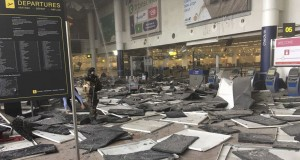 Un soldat sécurise le lieu de l'attentat à l'aéroport de Zaventem peu après le drame. (photo AFP)