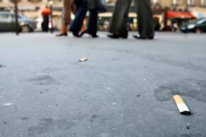 Avec les mégots, les crachats sont un fléau des trottoirs. (illustration AFP)