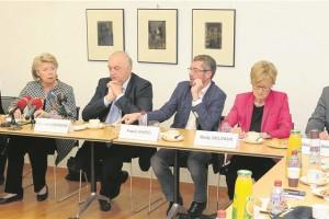 Claude Turmes, Viviane Reding, Charles Goerens, Frank Engel, Mady Delvaux et Georges Bach ont commenté à chaud l'issue du référendum, vendredi. (photo Hervé Montaigu)