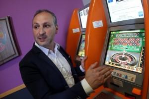 Dans ce café de Rodange, la société Euro-DS a installé trois bornes internet et de jeu. Les recettes sont réparties entre l'entreprise et le cafetier. (photo Samuel Moreau / RL)