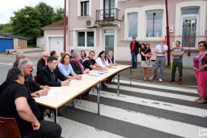 Pour protester contre le non-respect de l'arrêté interdisant la circulation des poids lourds dans l'avenue du Luxembourg, les élus locaux s'étaient réunis au milieu de la voie. (photo René Bych / RL)