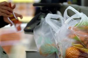 Les sacs en plastique à usage unique délivrés en caisse seront interdits. La mesure s'applique à tous les commerces. (illustration AFP)