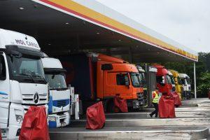 Des experts ont été chargés de définir l'ampleur des dégâts causés dans l'Alzette par un additif au diesel de la station Shell de Berchem. (photo Isabella Finzi)