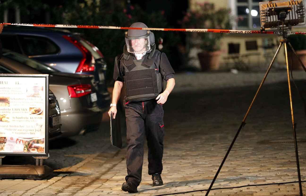 Un officier des forces spéciales allemandes à Ansbach où un Syrien s'est fait exploser le 25 juillet. (Photo : AP)