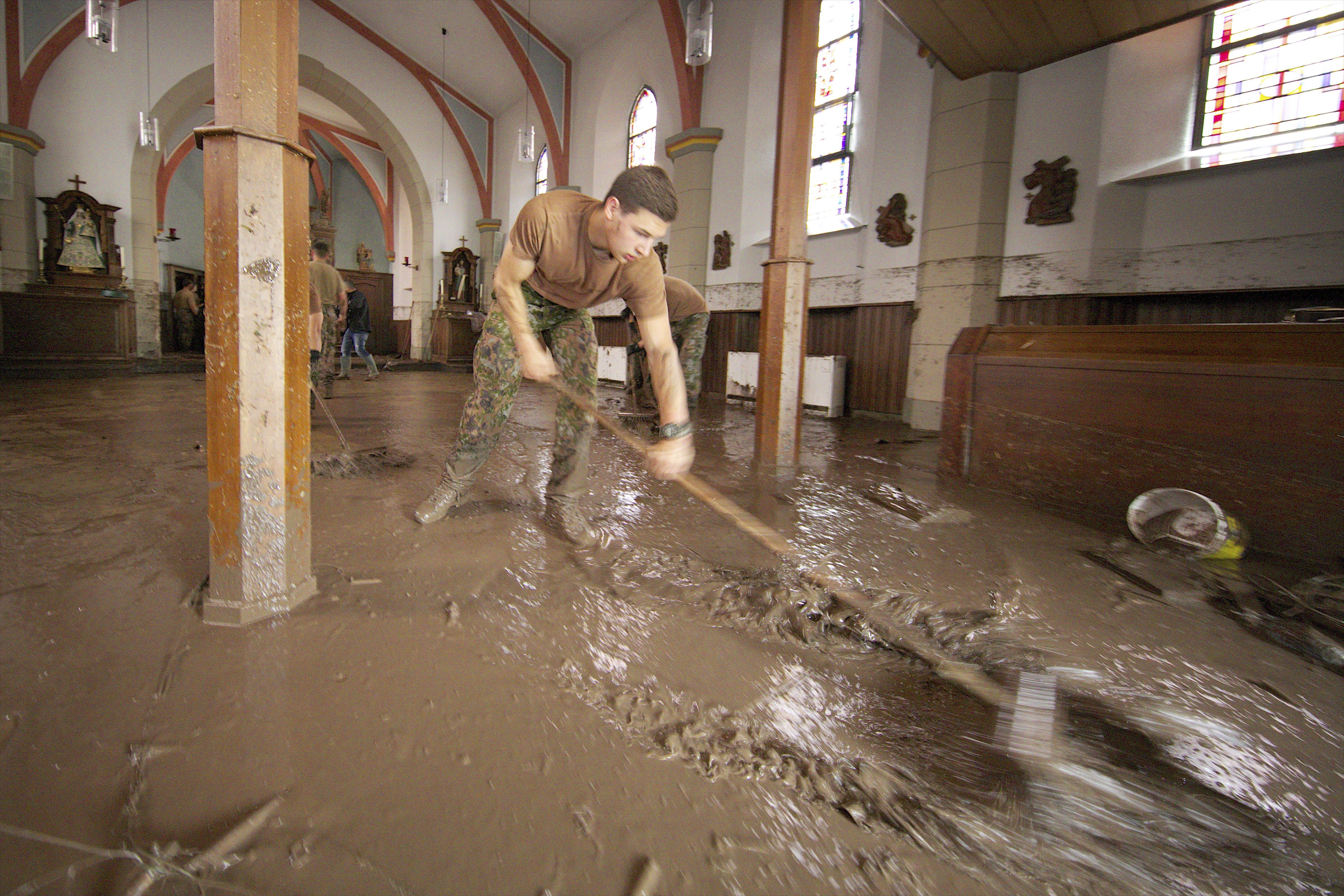 L'église d'Ermsdorf envahie de boue, ce samedi. Le village a été durement frappé par les pluies torrentielles qui sont tombées vendredi soir. (photo JC Ernst)