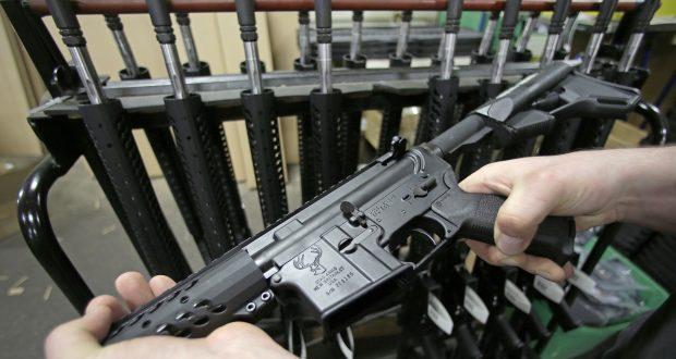 La police avait notamment saisi 11 kg d'explosifs, une trentaine de fusils automatiques, autant de pistolets, environ 5 000 munitions et des équipements militaires. (illustration AP)